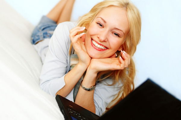 smiling-woman-on-computer