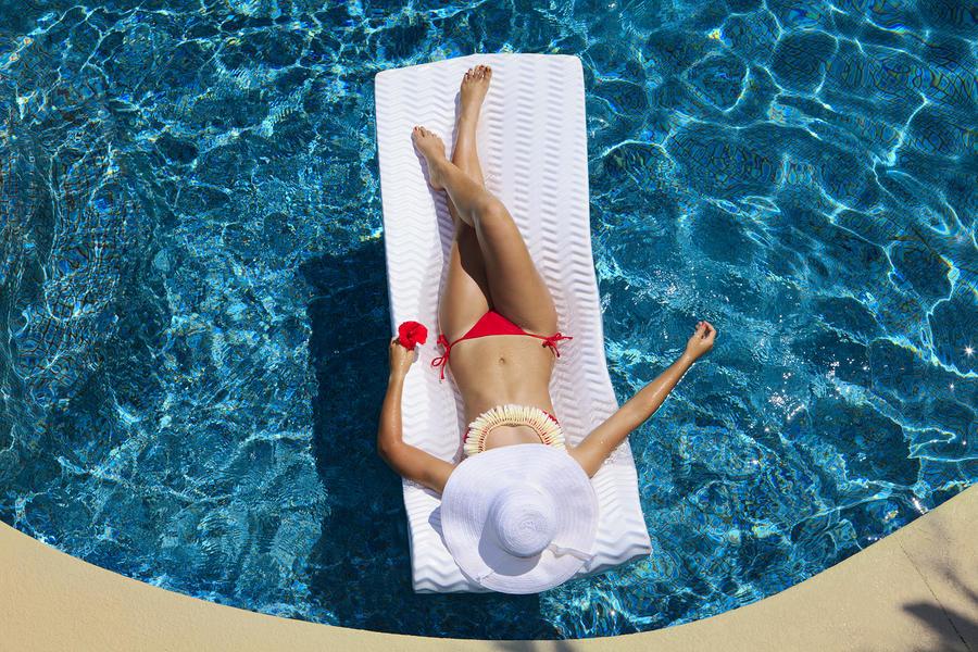 woman-poolside-tomas-del-amo