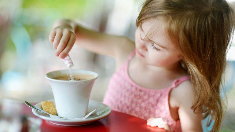 с какого возраста можно пить кофе детям