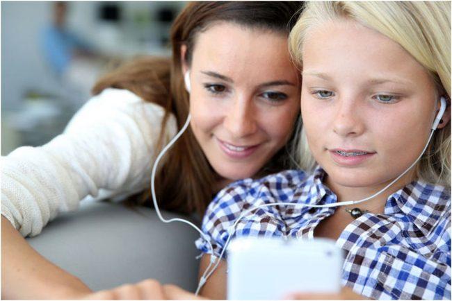 smartphone-kids-mom-parents